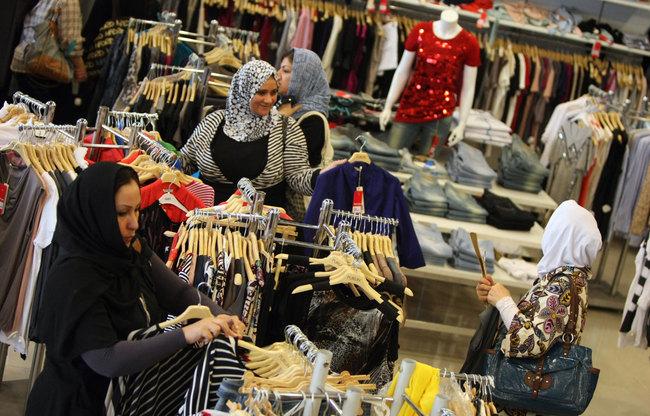 cf04aca0d2821 الفقر يذهب فرحة العيد... عوائل عراقية تشتكي ارتفاع اسعار الملابس ...